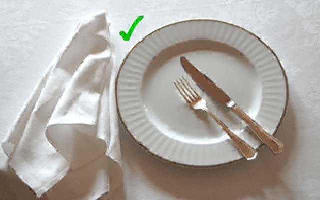 tableart napkins etiquette4 Πως να χρησιμοποιείς την πετσέτα του φαγητού