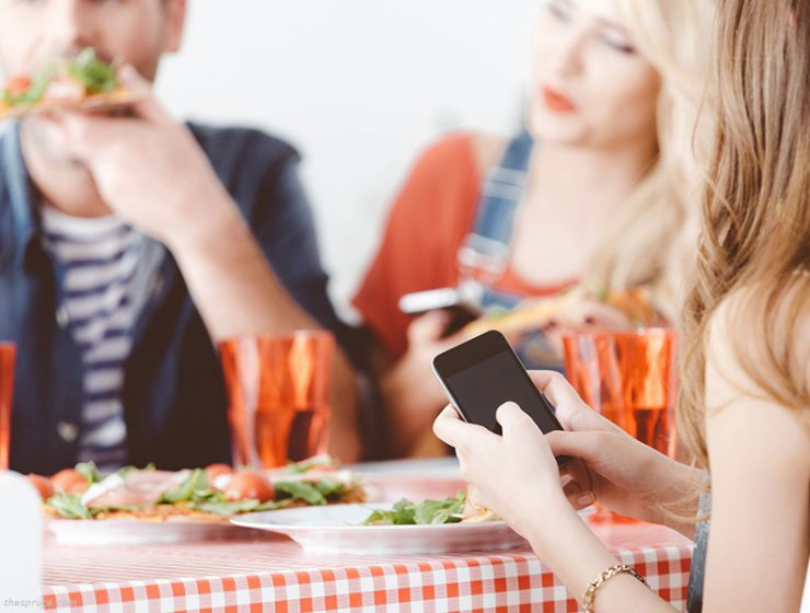 Το κινητό χτυπάει κατά τη διάρκεια του δείπνου