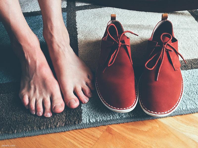 Πρέπει να φοράμε παπούτσια μέσα στο σπίτι;