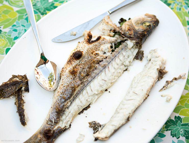 Πως καθαρίζουμε το ψημένο ψάρι