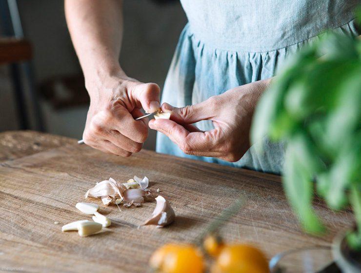 Πως να αφαιρέσετε τη μυρωδιά του σκόρδου από τα χέρια σας