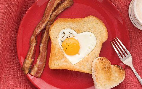 Τηγανητά αυγά σε σχήμα καρδιάς με ψωμί